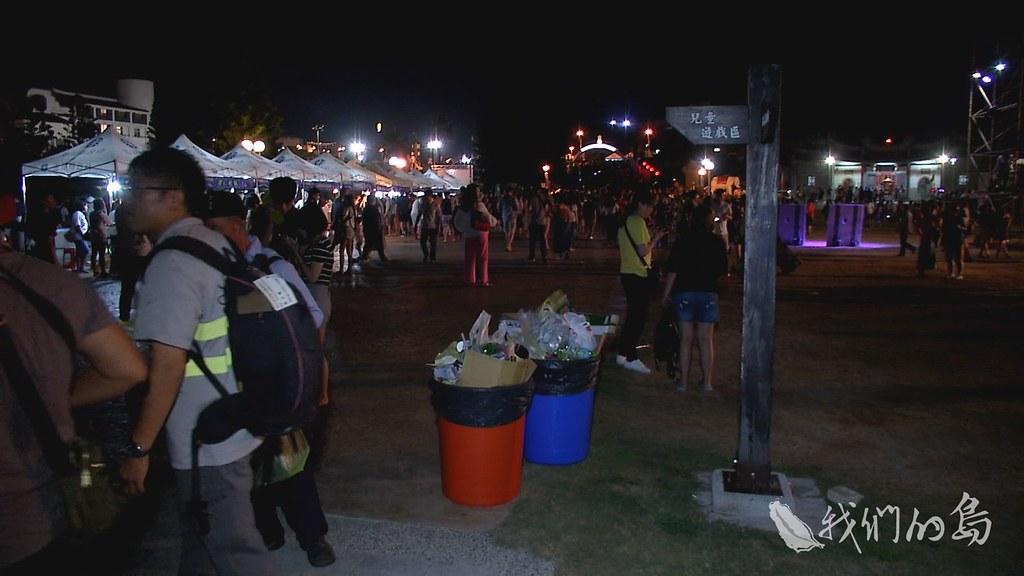 961-1-03s活動現場備有紅、藍兩桶,希望民眾做好分類。但垃圾跟資源回收物全混在一起。