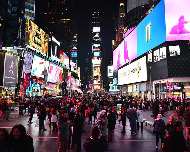Times Square con sus neones, vista desde el mirador de la escalera TKTS