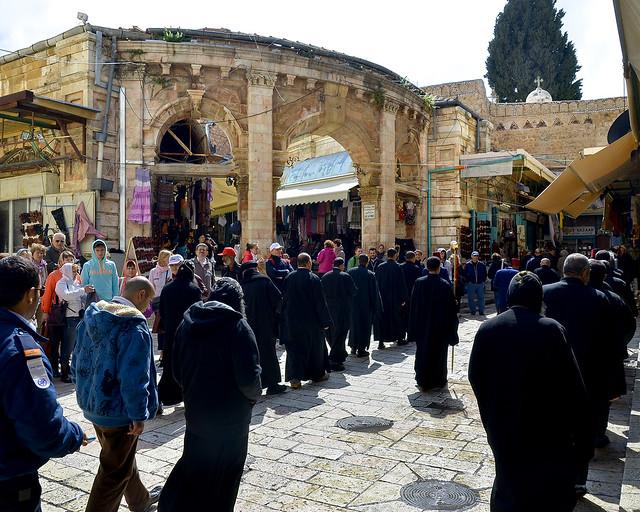 Peregrinación a la entrada del Santo Sepulcro de Jerusalén
