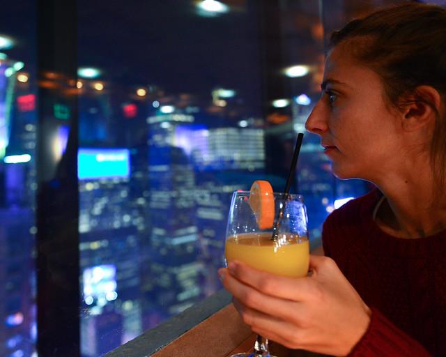 Tomando un zumo de naranja desde el mirador del restaurante The View