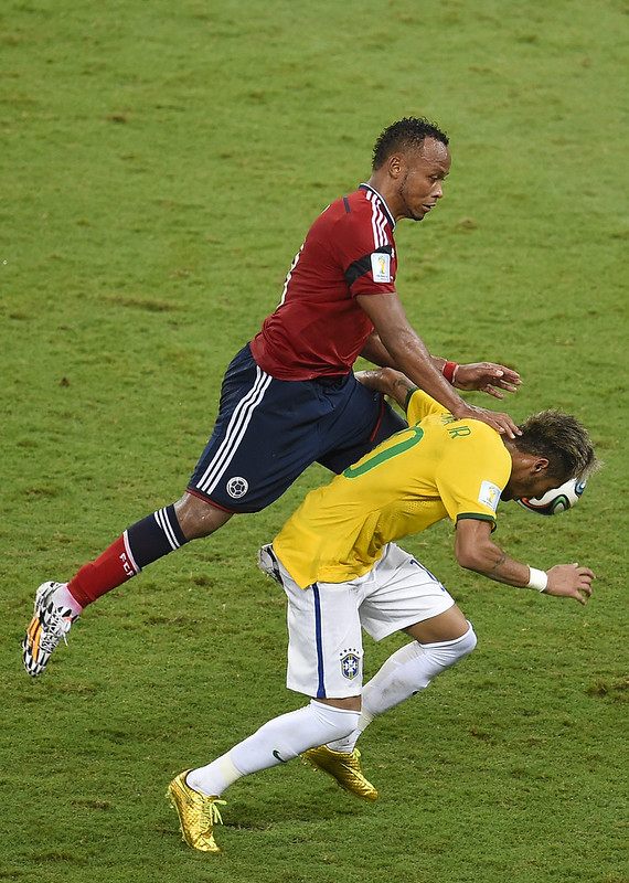 Zuniga在4年前這一踢,也把Neymar踢出世界盃。(AFP授權)