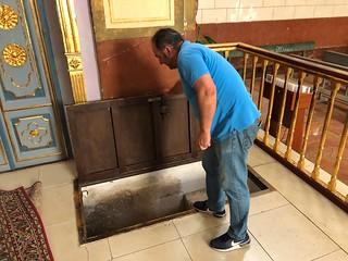 El acceso a la cripta de las momias de Liétor se encuentra en el suelo del altar mayor