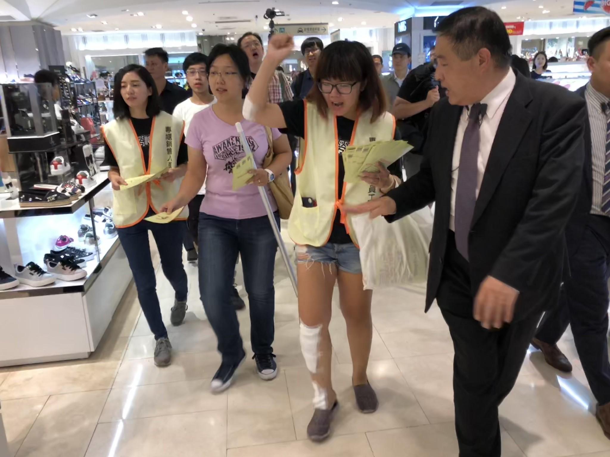 SOGO保全與管理幹部沿途提醒工會「尊重顧客的消費權」。(攝影:王顥中)
