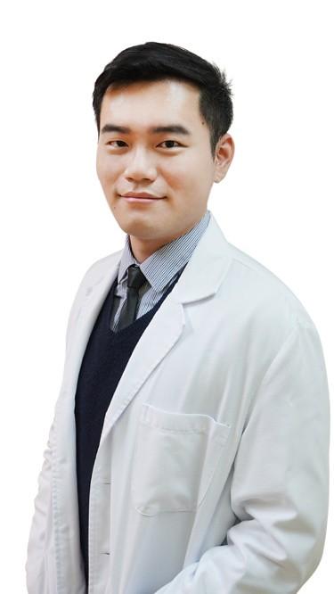 陳彥達醫師本身是一個青春痘患者,由於有受過青春痘的困擾,所以對於青春痘治療有很深的研究與完美的堅持。