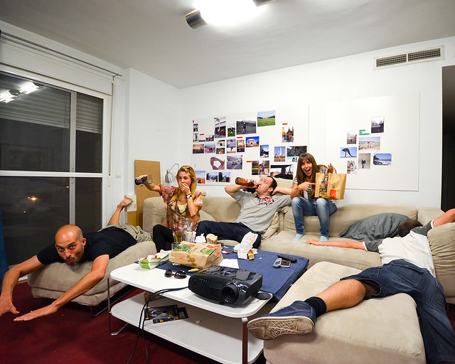 Todos haciendo el cabra en uno de los apartamentos que reservamos para viajar barato