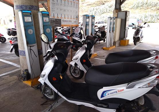 望安島上的電動機車與充電樁。