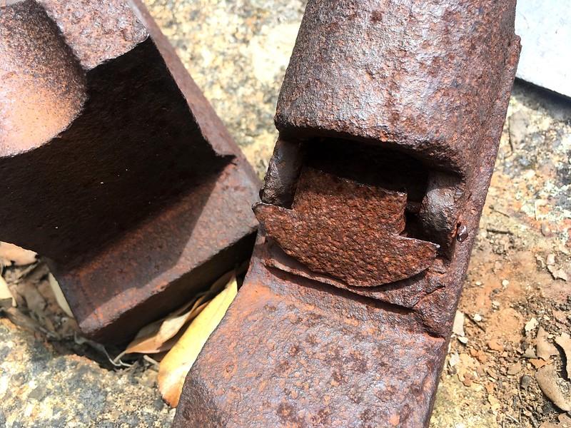 Système de graissage (?) des bras métalliques de la plate-forme aménagée de la RG