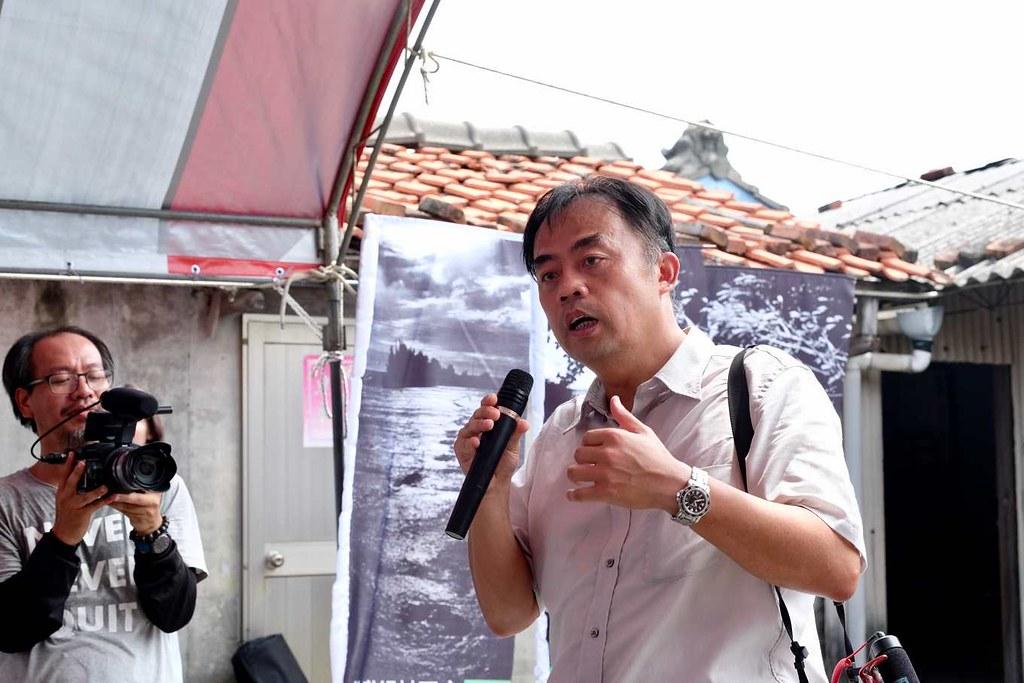 許震唐(右)回鄉投入台西影像館和公民電廠的建立,支持夥伴包括紀錄片導演林家安(左)。攝影:蔡佳珊