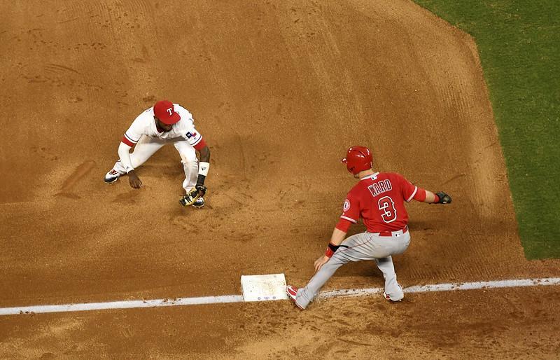 Jurickson Profar(圖左)接球後動作迅速得以完成三殺守備。(達志影像)