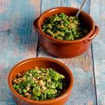 Erbsen und Dicke Bohnen mit knusprigen Bröseln – Salada de favas e ervilhas