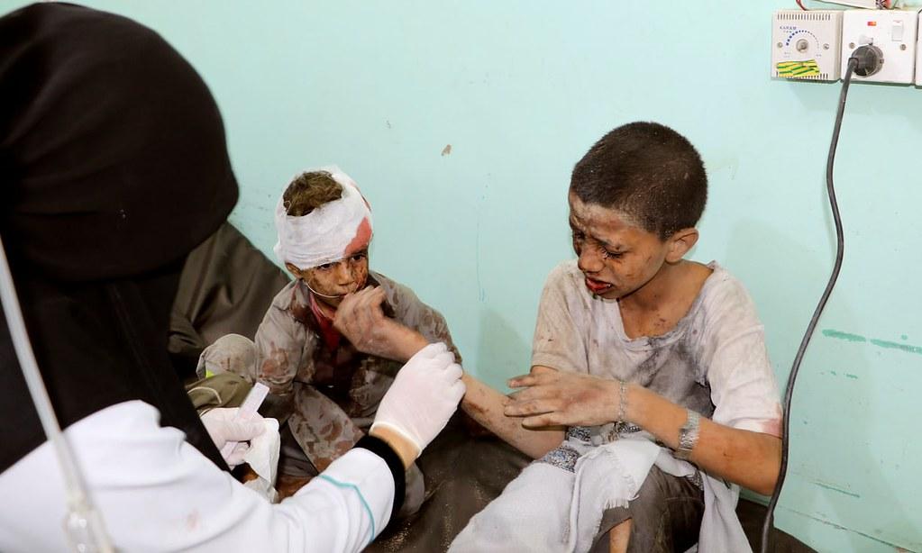 医生处理遭空袭攻击的孩童。(图片来源:Naif Rahma/Reuters)