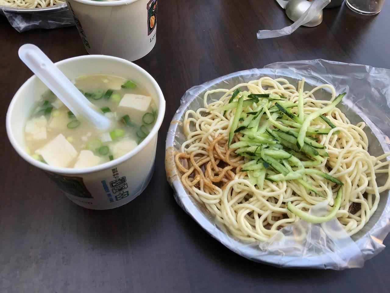 台湾・台北 涼麺とみそ汁