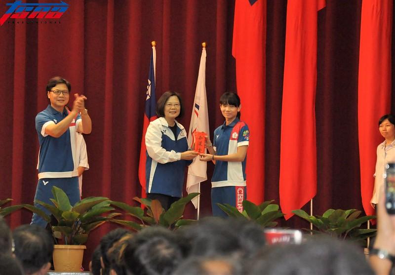 總統蔡英文(左)致贈加菜金給選手代表戴資穎。(張哲郢/攝)