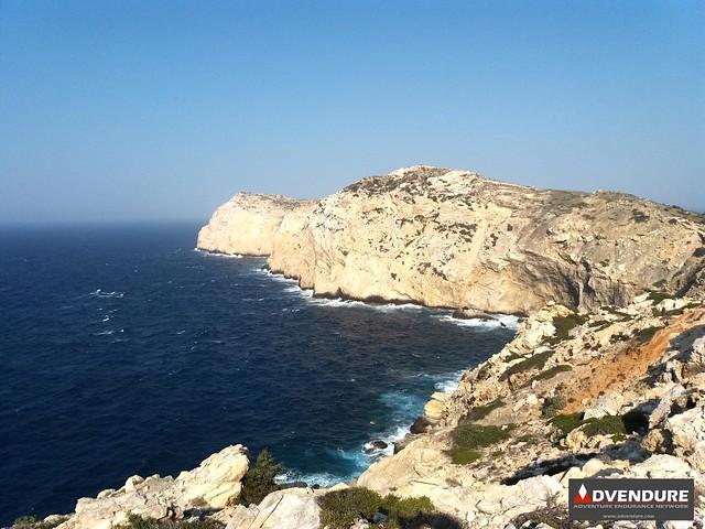 Το μονοπάτι κινείται λίγα μέτρα πάνω από τη θάλασσα και τις απόκρημνες ακτές, καθώς πλησιάζω το Φανάρι!