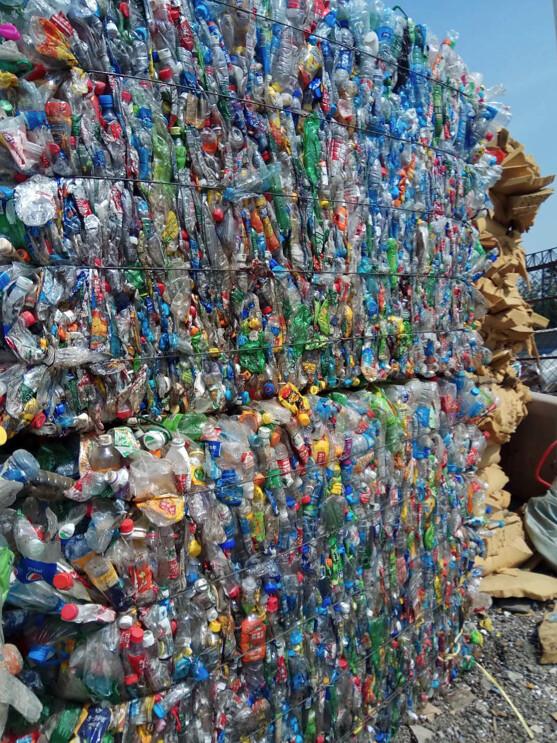 李強和工人們經過分揀和清點,整齊地打包好兩扎共計45000個飲料瓶像這樣的PET飲料瓶可以經過處理,變廢為寶變成化纖衣物面料等圖片來源:。李強