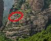 Le trajet du téléphérique passait sans doute au-dessus du socle de la falaise en RG de la brèche. Peut-être une autre plate-forme sur le sommet du socle...