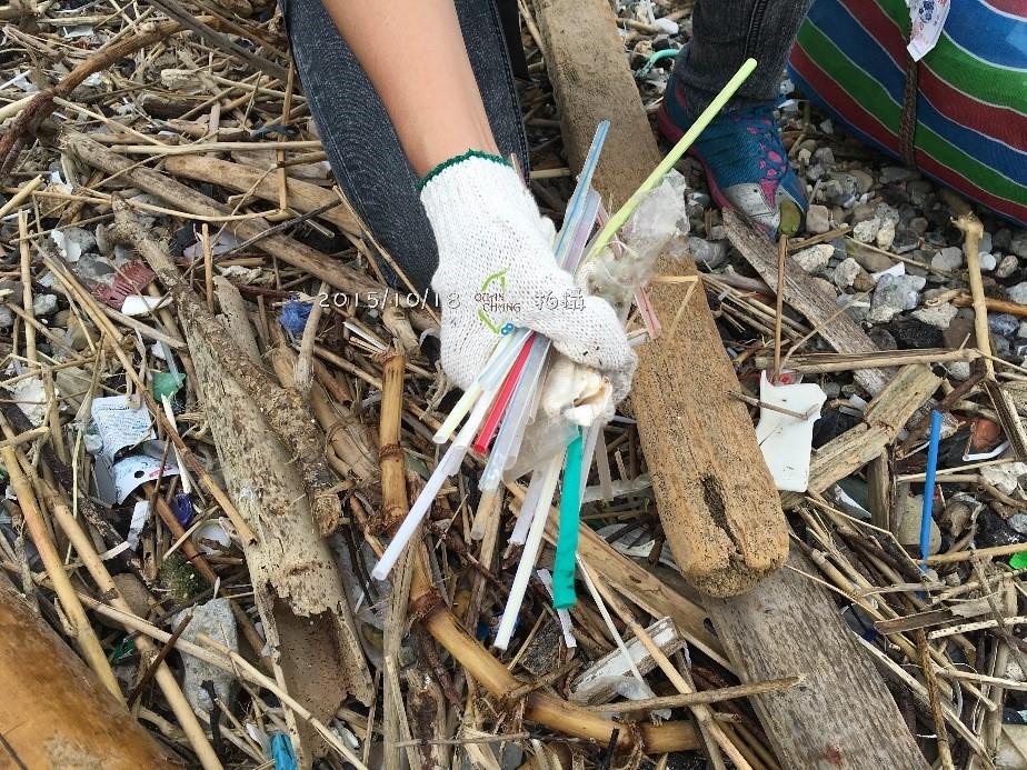 從淨灘中感受到塑膠對地球的危害。