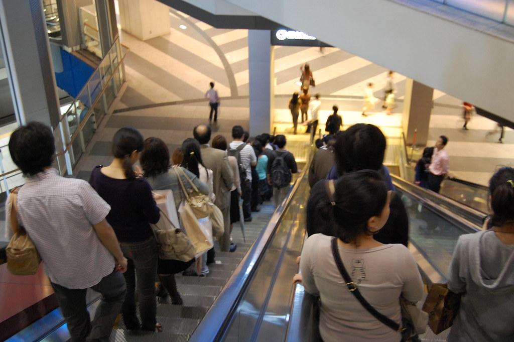 Escaleras mecánicas en centro comercial de Japón