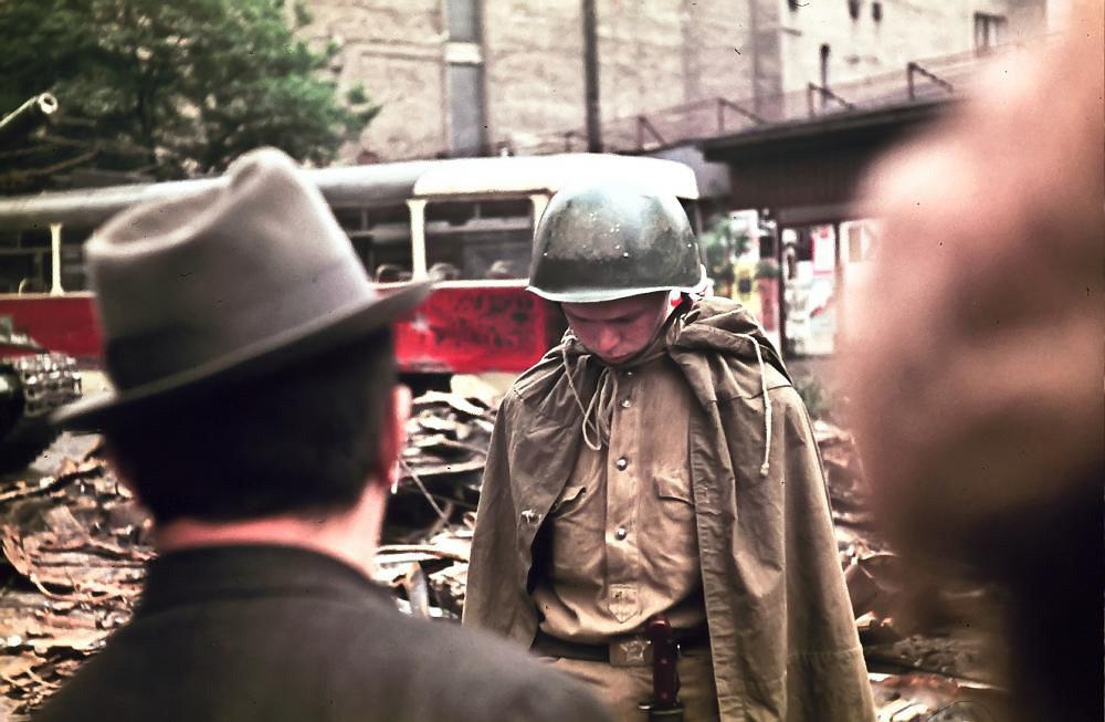 Un joven soldado soviético en Praga, visiblemente  avergonzado ante las protestas de los ciudadanos checoslovacos (Foto:  Leszek Sawicki / Radio Praha)