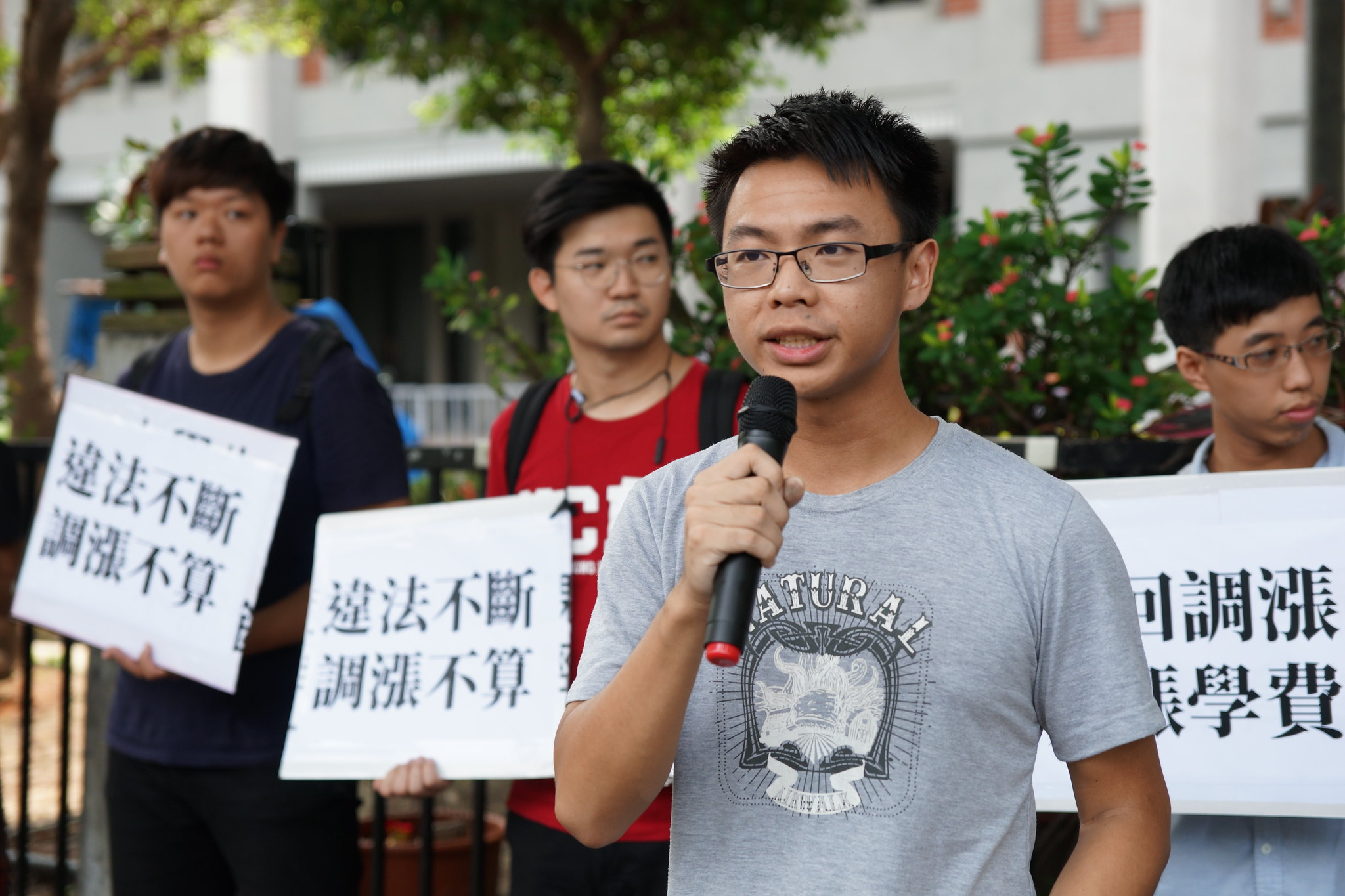 中兴大学学生出面指控校方申请调涨学费过程黑箱草率。(摄影:王颢中)