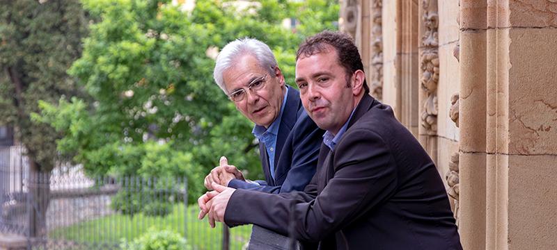 Totorika  y Abascal miran desde el balcón de la Casa Consitorial
