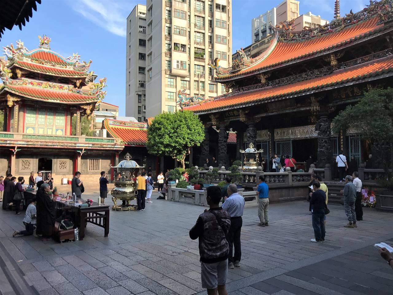 台湾・台北 龍山寺 祈りの時間