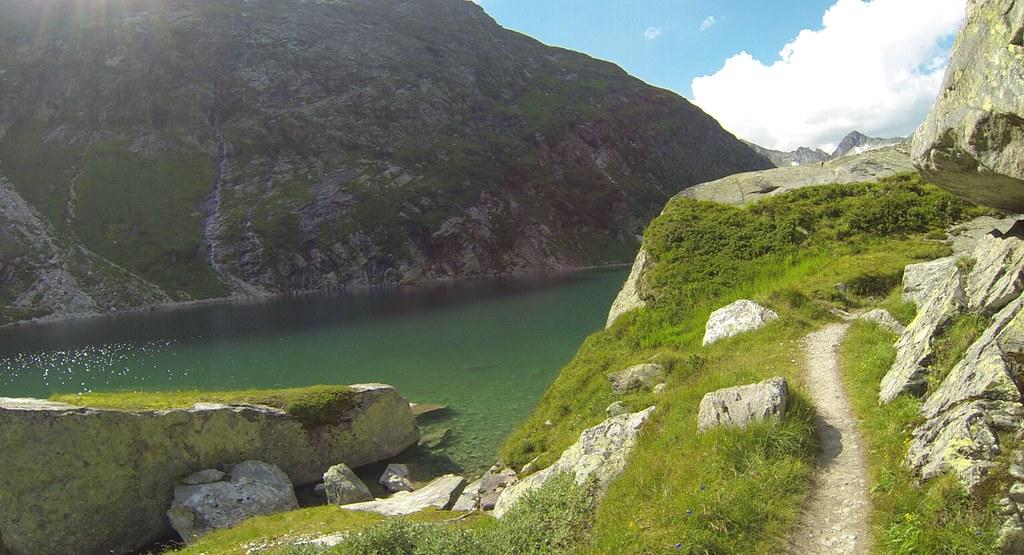 Το μονοπάτι δίπλα στη λίμνη