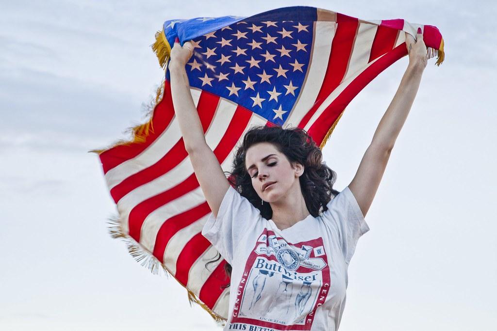 美国歌手拉娜・德芮因拒绝取消台拉维夫的演出而遭批评。(图片来源:拉娜・德芮官方网站)