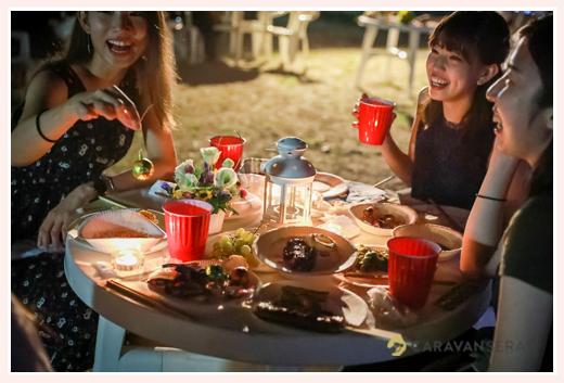 森の中(屋外)で結婚式(披露宴)ブライダル/歓談中の招待客