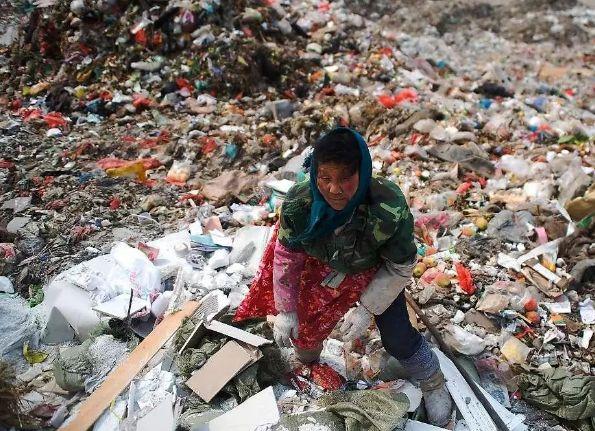 泰國婦女在垃圾掩埋場找尋可以回收的塑膠。圖片來源:Brendan Esposito/巴塞爾行動網絡