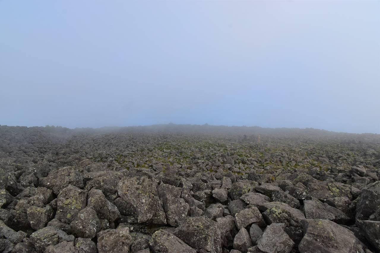 ガスの中の蓼科山山頂の岩場