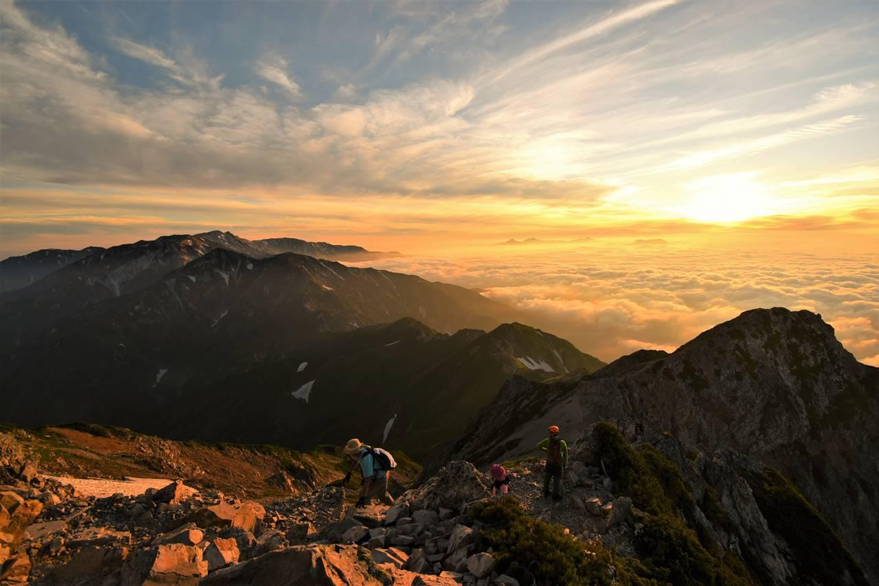 朝日と雲海に浮かぶ唐松岳~五竜岳の稜線