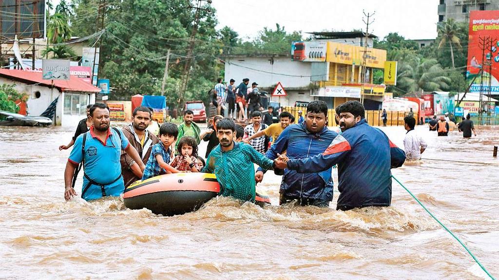 今年印度进入雨季后,遭遇严重洪灾,至今已有1,200人丧命。(图片来源:AFP/Getty Images)