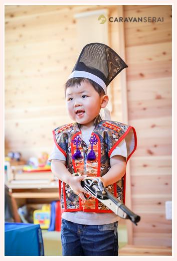 端午の節句の衣装を着た3才の男の子