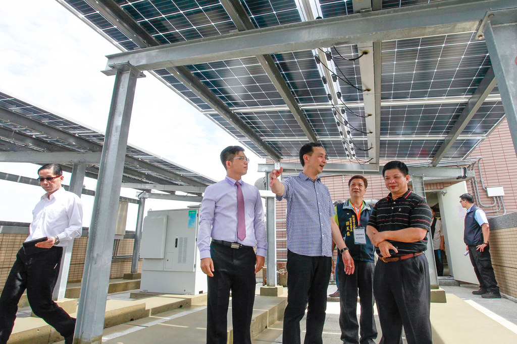 新北市長朱立倫(中)現場參觀峰景翠峰社區太陽光電發電系統