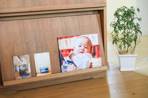 本棚に飾られた 絵本風フォトスタンド