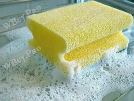 Dùng bông rửa chén để vệ sinh sạch bình giữ nhiệt