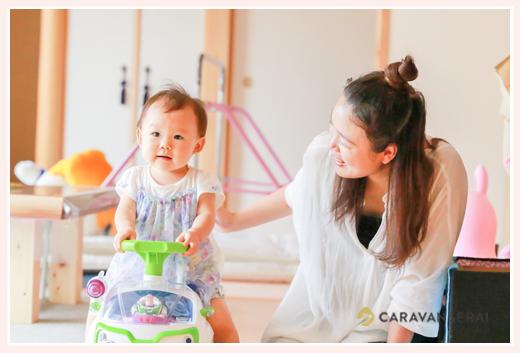 乗用玩具(トイストーリー)に乗る赤ちゃん