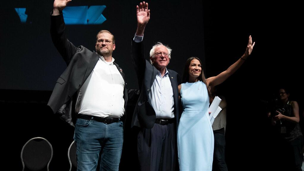 美國參議員伯尼・桑德斯(中)與亞力山卓・奧卡西奧-科爾特斯(右)。奧卡西奧-科爾特斯是美國最大社會主義組織「美國民主社會主義者」成員;她在今(2018)年紐約州第14國會選區的民主黨初選出線,成為民主黨該區的議員候選人。(圖片來源:VICE)
