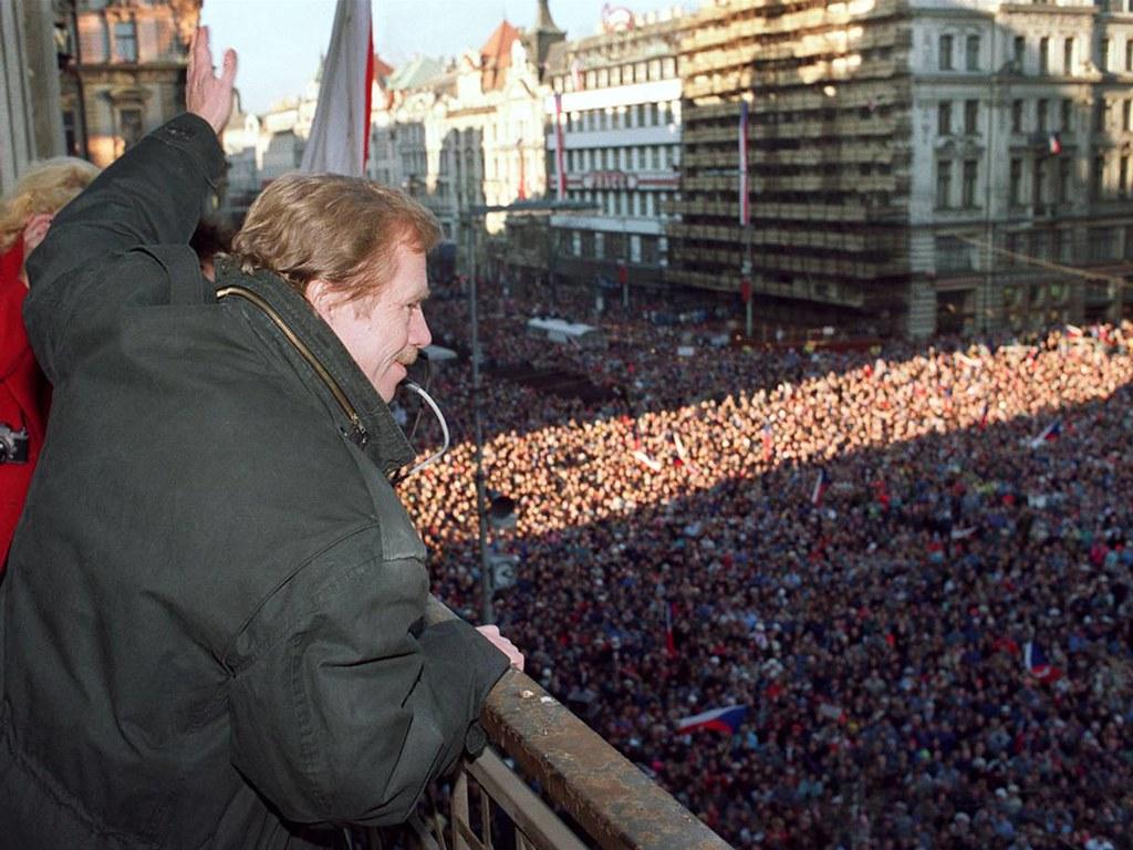 Václav Havel durante la Revolución de Terciopelo en 1989, que logró la caída del comunismo en Checoslovaquia.