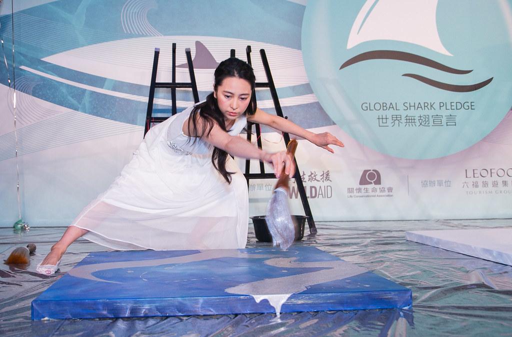 日本知名書道家岡西佑奈,以銀色曲線,演繹鯊魚在海洋中游泳的優雅動作