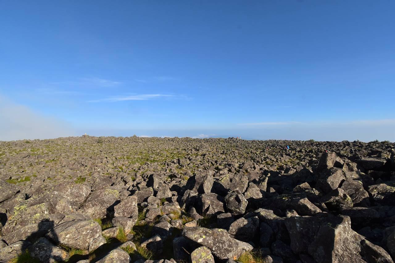 広大な岩場の蓼科山山頂