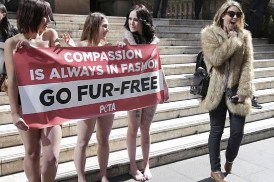 拒絕皮草(Go Fur-Free)宣傳經常以裸露的方式吸引公眾關注。一部分女性主義批評者認為是消費和物化女性身體,也有人認為此種「自然主義式」的宣傳,是對消費文化的反諷,並無不可。