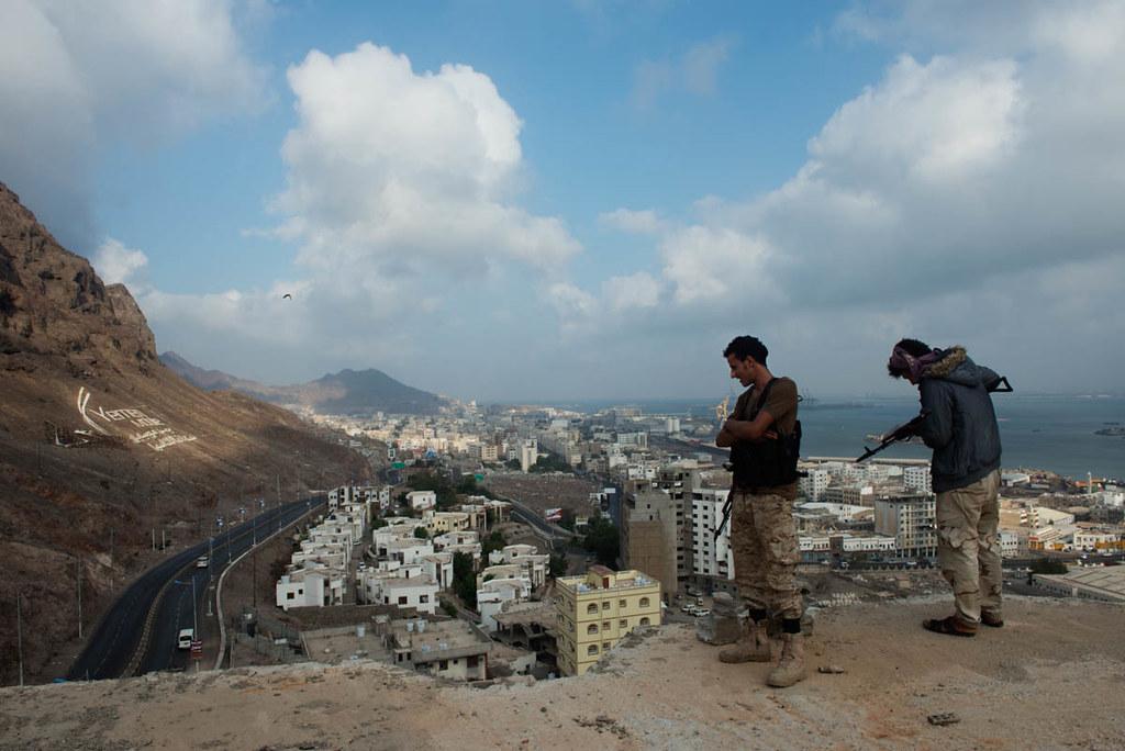 安全帶部隊的士兵監控荷台達主要道路。(圖片來源:Judith Prat/Al Jazeera)