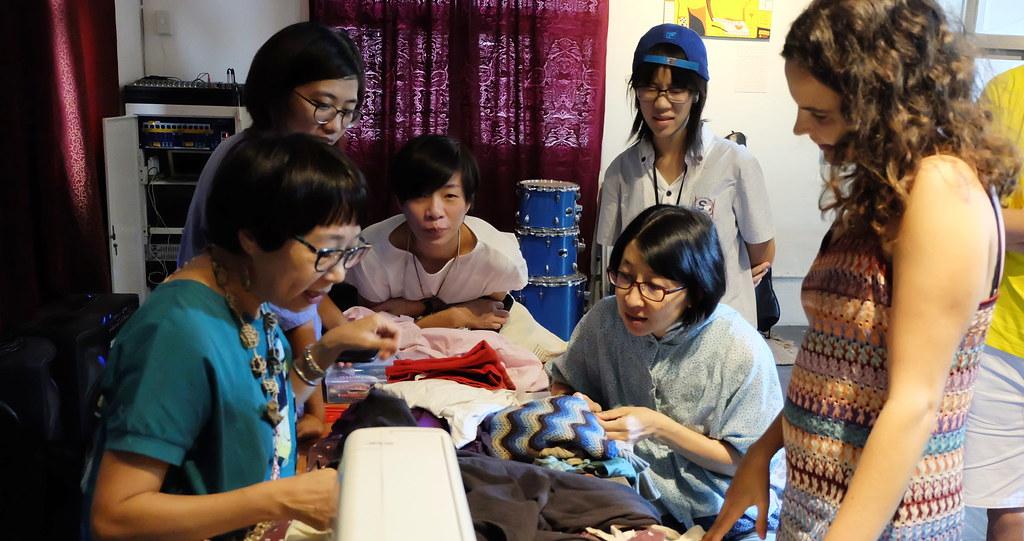 李秋芬(左一)協助民眾將帶來的舊衣做全新改造。攝影:陳文姿