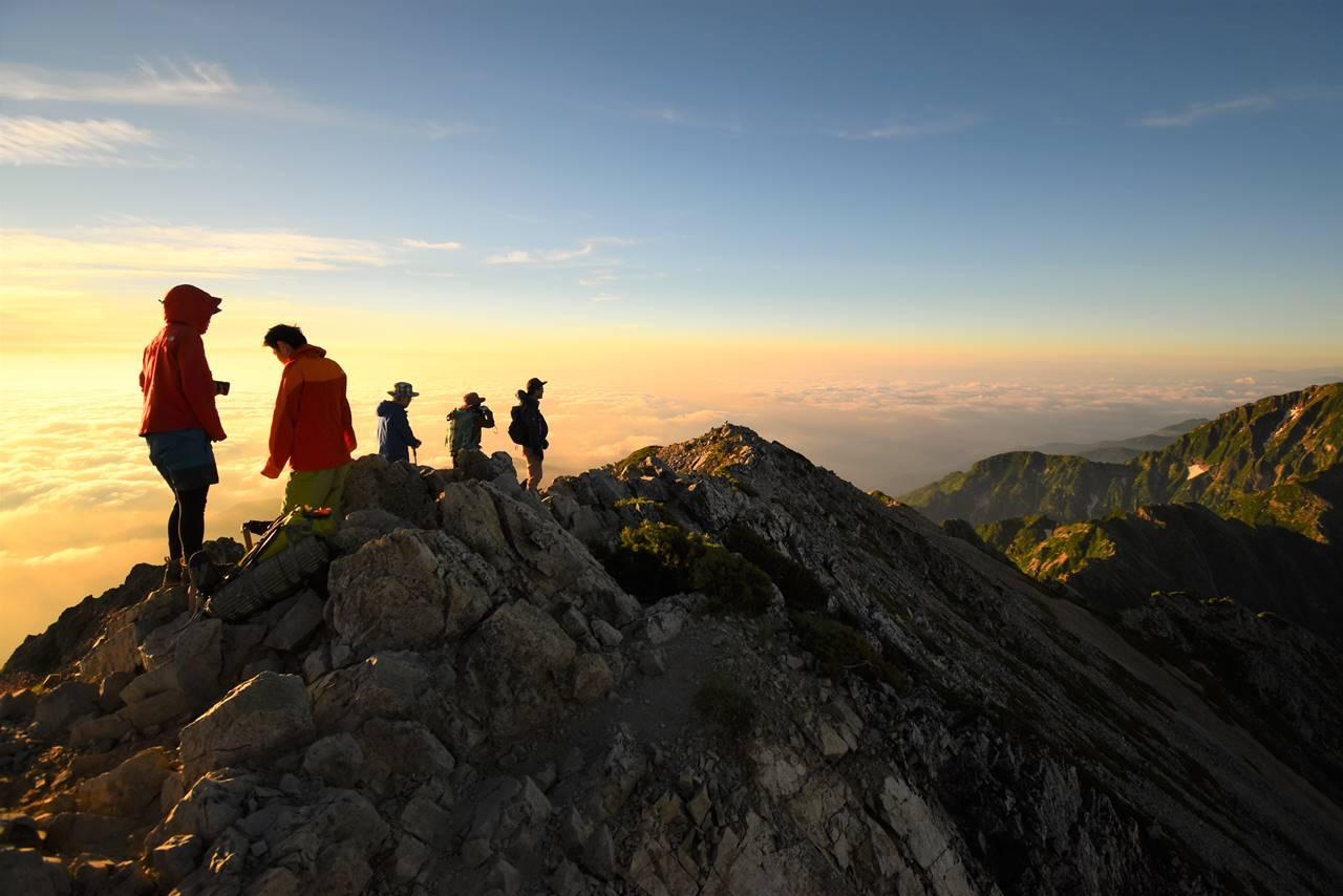 五竜岳山頂の登山者たち