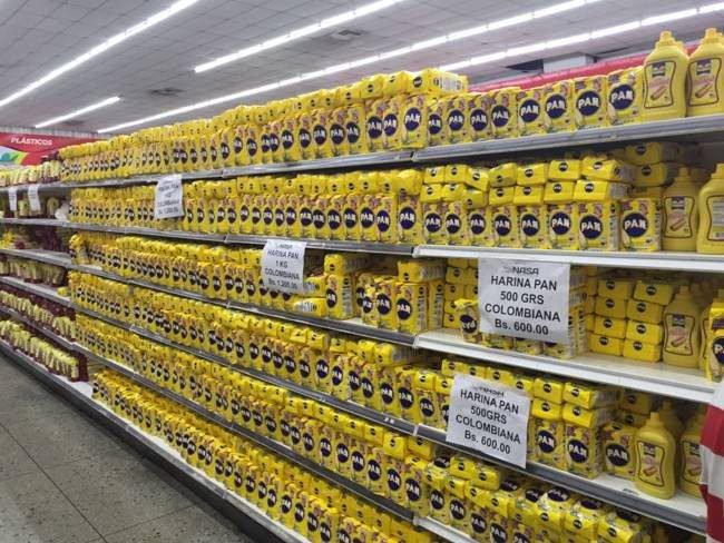 超市里的Harina PAN预制玉米粉。