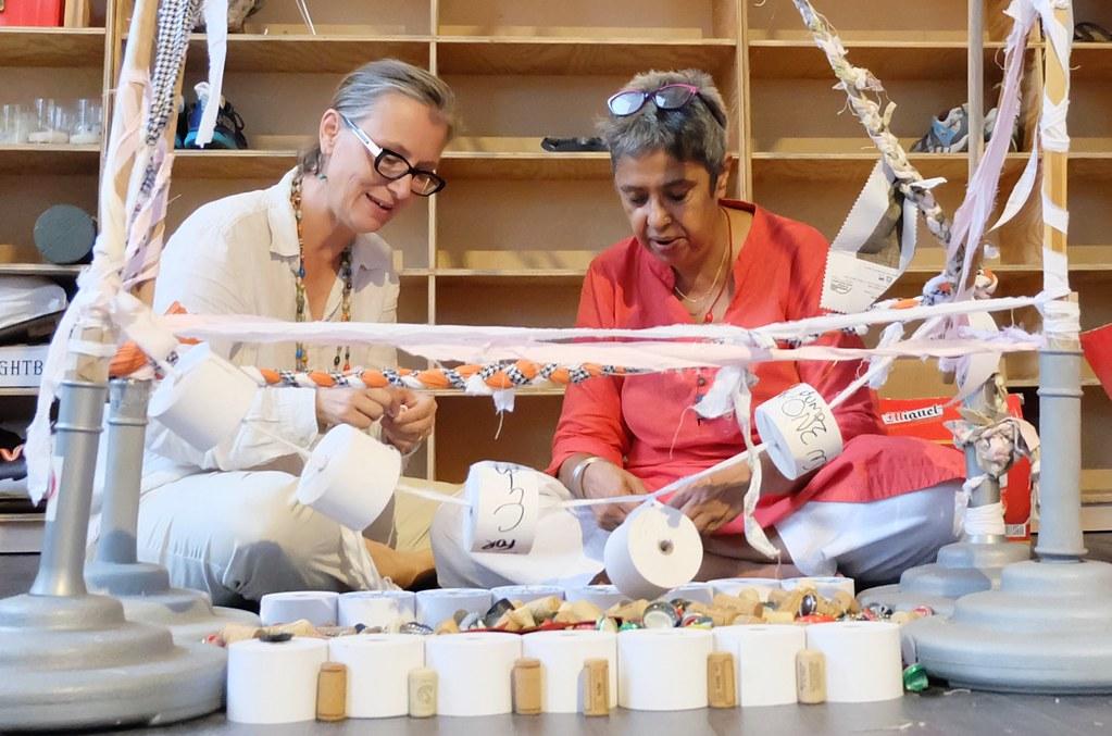 藝術家梅塔(Roma Mehta)(右)與康粹蘭(Constance Woods)現場用廢棄物進行藝術創作,反思廢棄物氾濫的現況。攝影:陳文姿