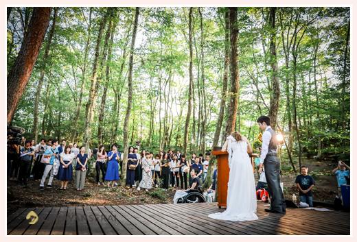 森の中(屋外)で結婚式(挙式)ブライダル/誓約書の署名