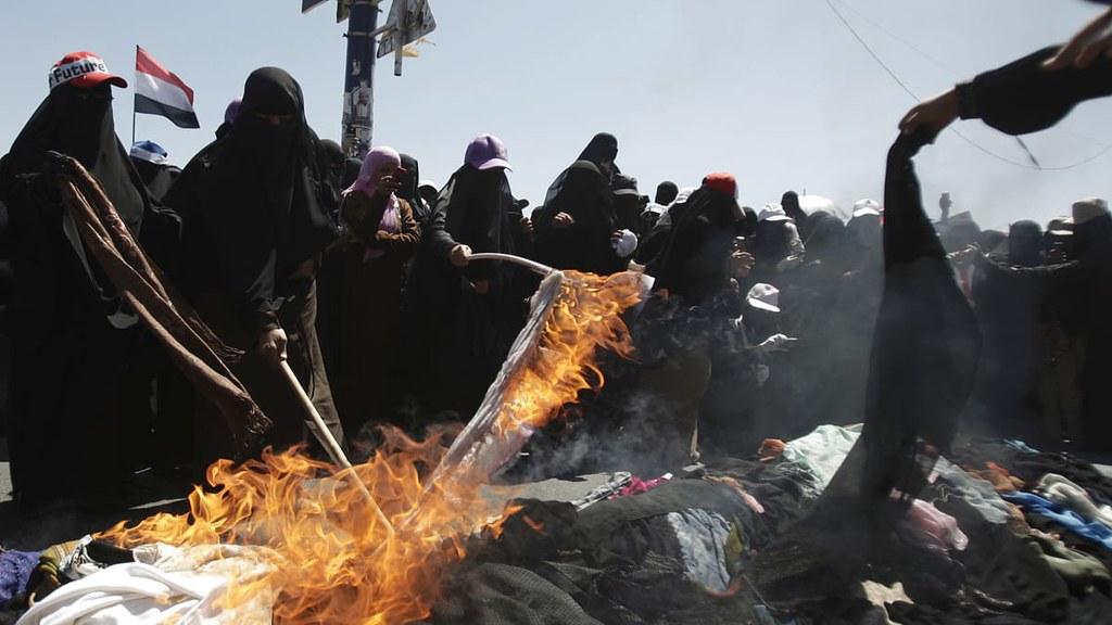 2011年,數百名葉門婦女於首都沙那燒毀全身罩袍,抗議沙雷政府殘暴鎮壓示威者。燒毀罩袍是向其他部落尋求協助與保護的象徵性行動。(圖片來源:Hani Mohammed/AP)